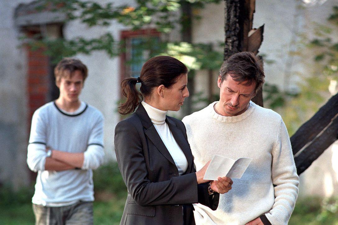 Bei Anne Pachel finden sich Hinweise auf einen zurückliegenden tragischen Unfall, bei dem eine Familie durch einen Brand erstickte. Nina (Elena Uhl... - Bildquelle: Sat.1