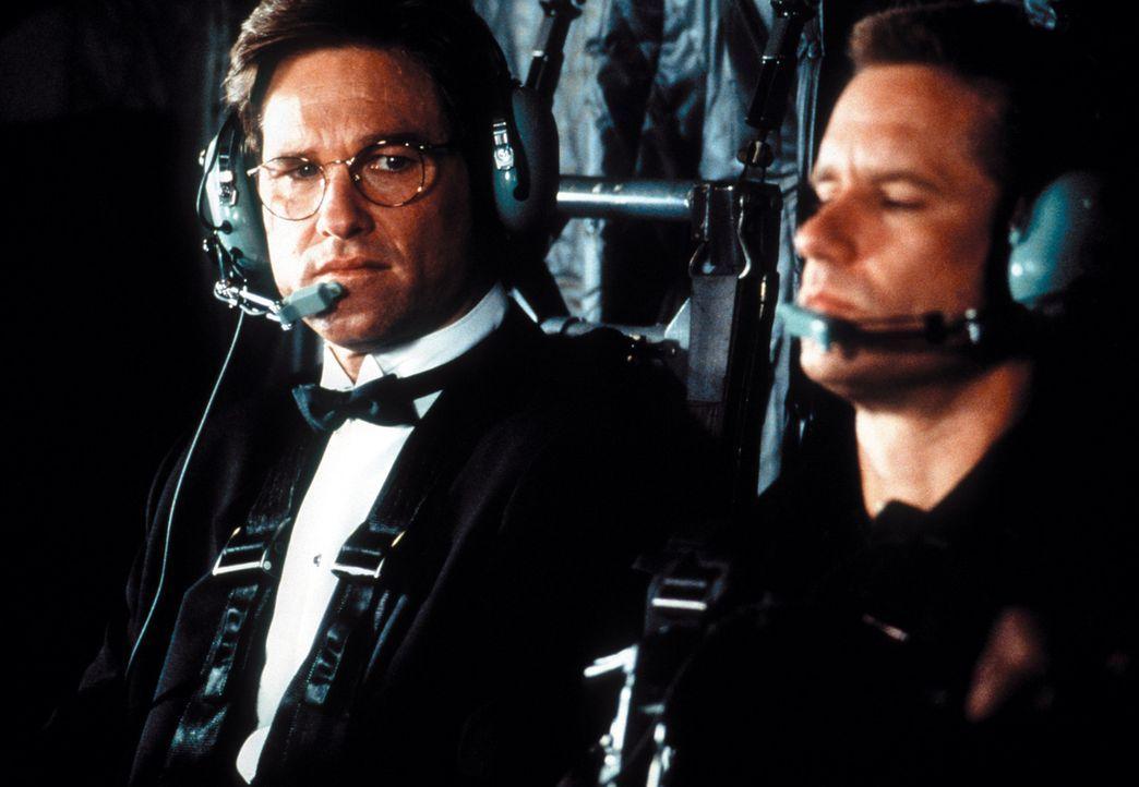 In einer wahnwitzigen Aktion und mit Hilfe eines umgerüsteten Stealth-Bombers gelangen David Grant (Kurt Russell, l.) und Sergeant Baker (Whip Hubl... - Bildquelle: Warner Bros. Pictures