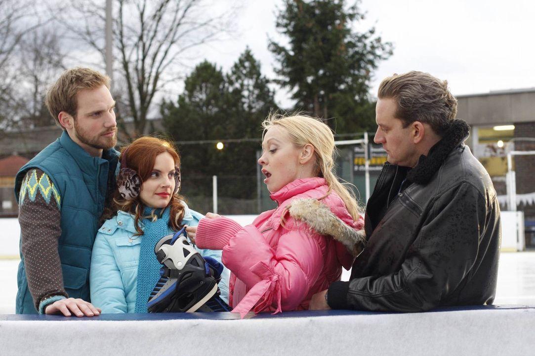 Ein freier Tag auf der Eisbahn soll Klarheit ins emotionale Chaos bringen. Mit Knut Stöcker (Christian Feist, l.), dem Eisbahn-Pächter, kann Manu... - Bildquelle: SAT.1