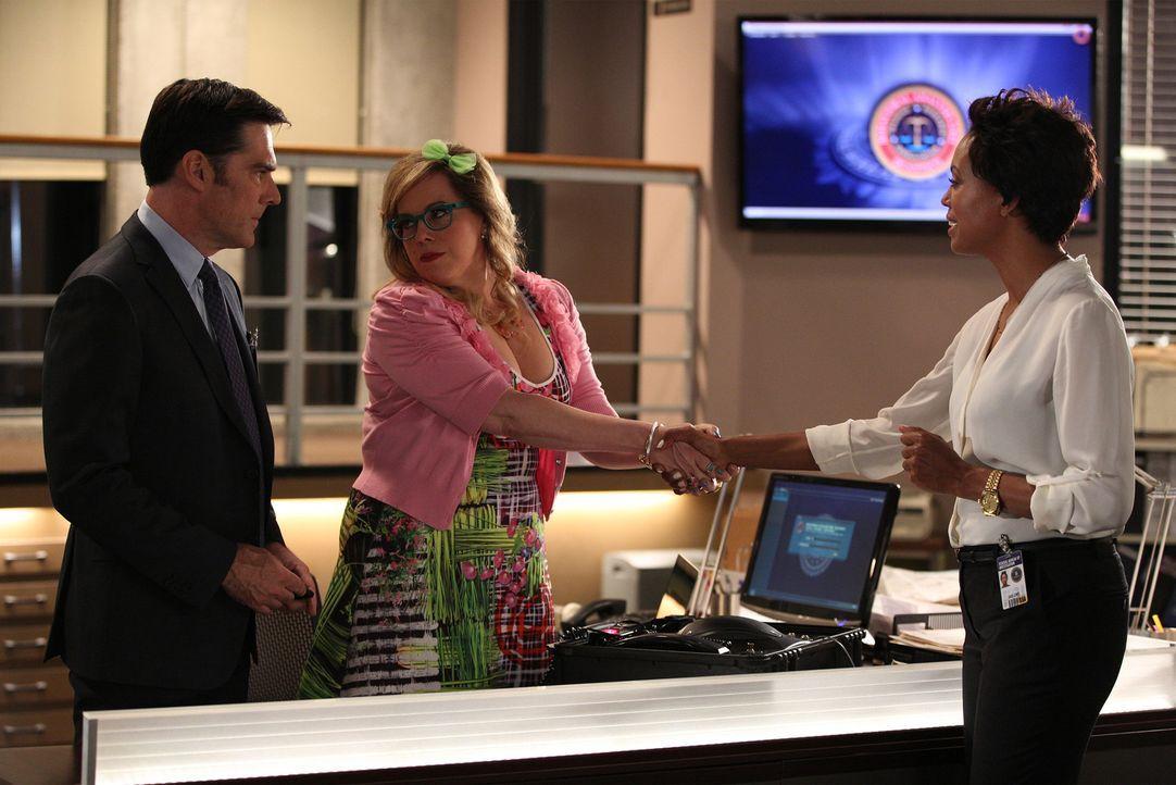 Um einen Serientäter zu fassen, bekommt das Team um Hotch (Thomas Gibson, l.) und Garcia (Kirsten Vangsness, M.) Hilfe von der forensischen Psycholo... - Bildquelle: ABC Studios