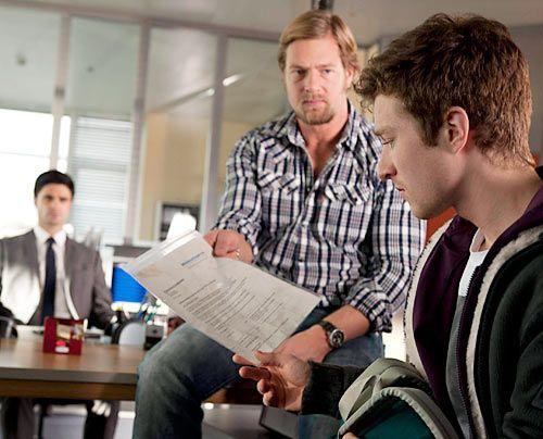 Mick (Henning Baum, M.) kann nicht glauben, dass der 17-jährige Rasmus (Sebastian Bender) seine Mutter tötete, weil sie ihm verheimlicht hat, dass... - Bildquelle: Martin Rottenkolber - Sat1