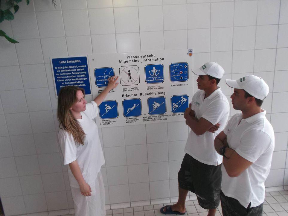 Werden in ihren neuen Job eingewiesen: Gustavo (r.) und Taian (M.) ... - Bildquelle: kabel eins