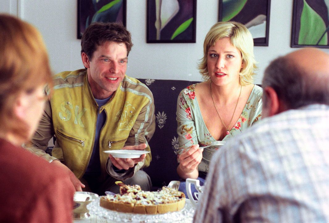 Nicht nur Susanne (Julia Stinshoff, 2.v.r.) setzt Thomas (Johannes Brandrup, 2.v.l.) unter Druck, sondern auch seine Eltern (Brigitte Böttrich, l.;... - Bildquelle: Thekla Ehling Sat.1
