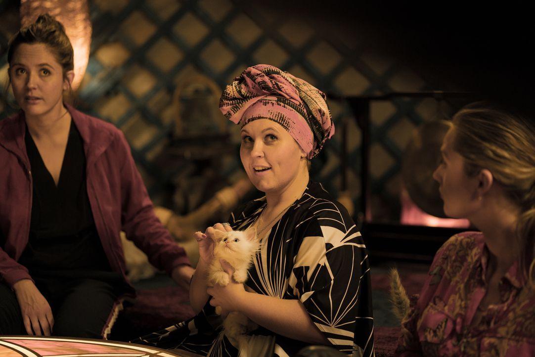 Ella Dielemann (Emily Cox, l.); Lulu Senft (Maite Kelly, r.) - Bildquelle: DCM_OliverVaccaro