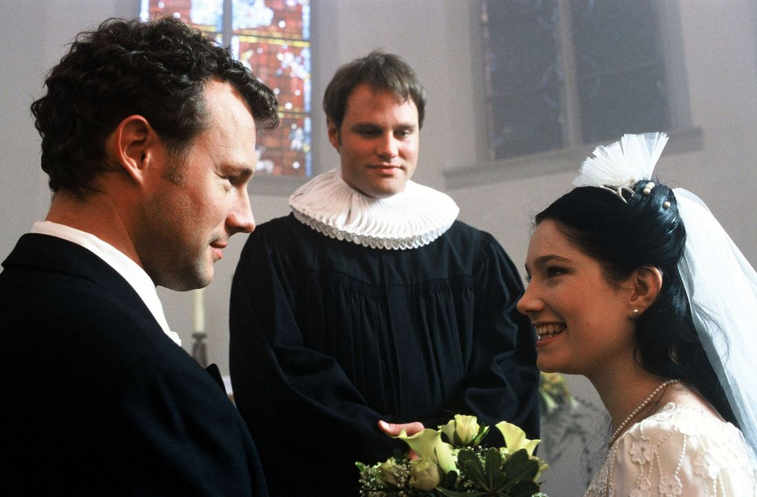 Alles fängt so gut an für das glückliche Brautpaar (Hanno Friedrich, l. und Emily Wood, r.). Aber wer rechnet schon mit diesem Pfarrer (Mirco Res... - Bildquelle: Sat.1