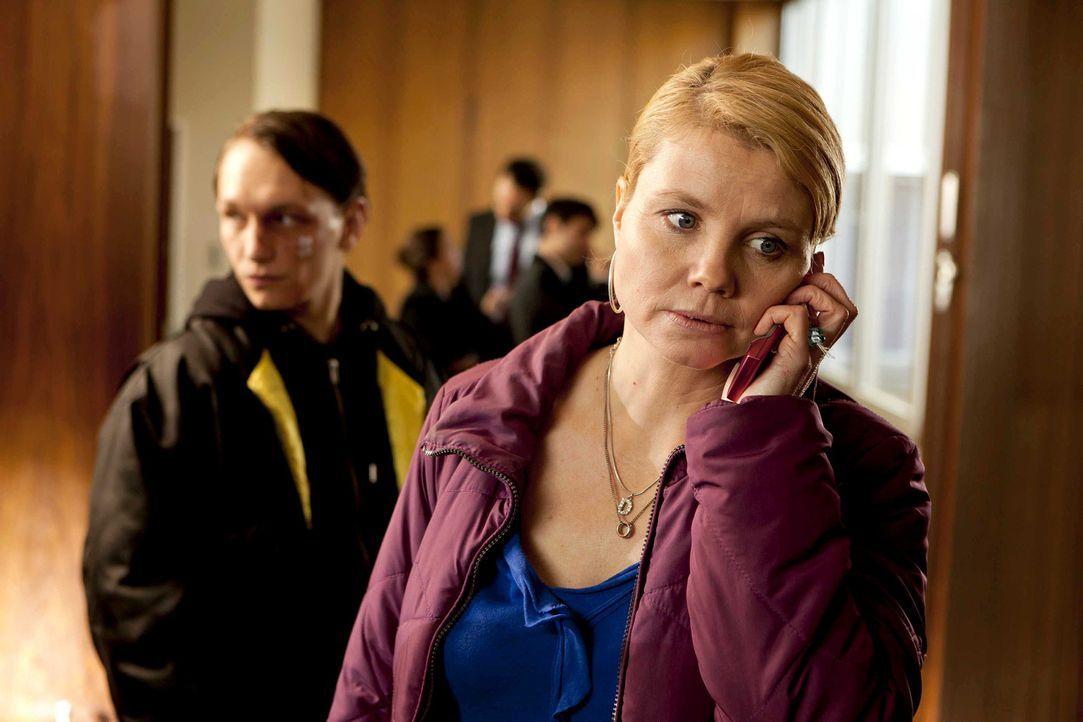 Ein neuer verzwickter Fall wartet auf Danni (Annette Frier, r.), denn sie soll Patrick Hollerbach (Daniel Michel, l.), einen Neo-Nazi vertreten ... - Bildquelle: Frank Dicks SAT.1