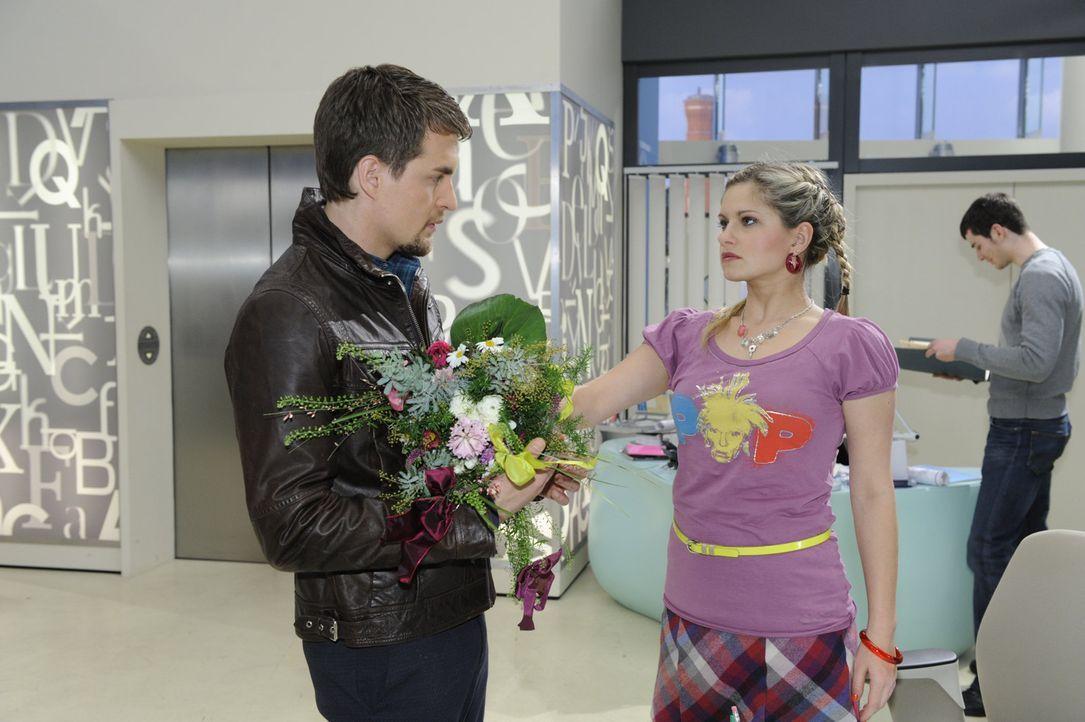 Mia (Josephine Schmidt, r.) ahnt nicht, dass Lars (Alexander Klaws, l.) inzwischen ernsthafte Gefühle für sie entwickelt hat. Bis er in der Agentu... - Bildquelle: SAT.1
