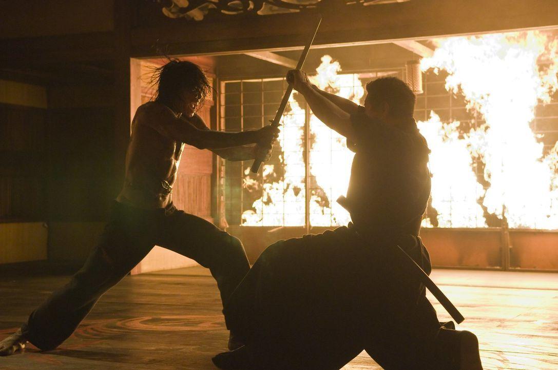 Zwischen Gangsterboss Ozunu (Sho Kosugi, r.) und Raizo (Joon Lee, l.) kommt es zu einem gnadenlosen Kampf ums Überleben ... - Bildquelle: 2009 Warner Brothers
