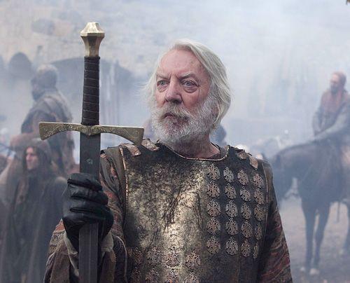 Um seine Leute zu schützen, gibt Bartholomäus (Donald Sutherland) den Widerstand auf - und lässt sich verhaften. - Bildquelle: Egon Endrenyi - Tandem Productions - Pillars Productions
