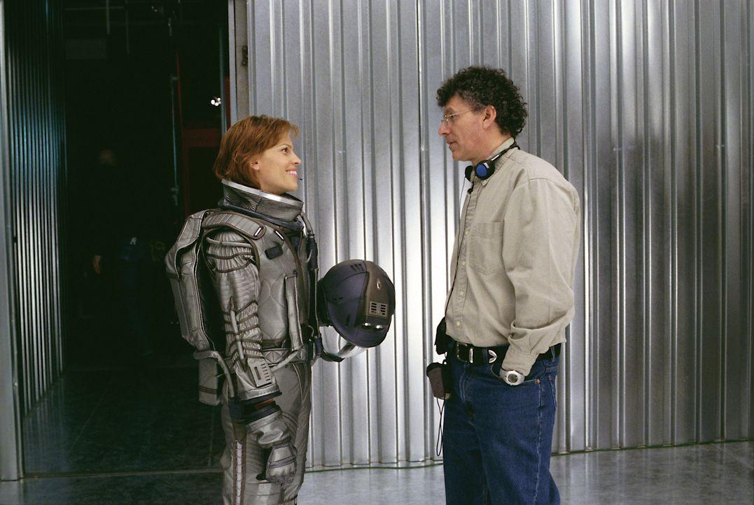 Regisseur Jon Amiel, r. und seine Hauptdarstellerin Hilary Swank, l. - Bildquelle: TM & Copyright   2003 by Paramount Pictures. All Rights Reserved.