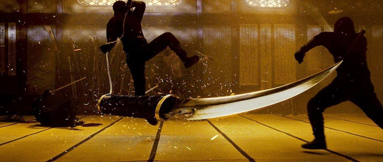 Ein Kampf voller Schwerter, Wurfsterne, Dolche und anderer tödlicher Waffen beginnt ... - Bildquelle: 2009 Warner Brothers