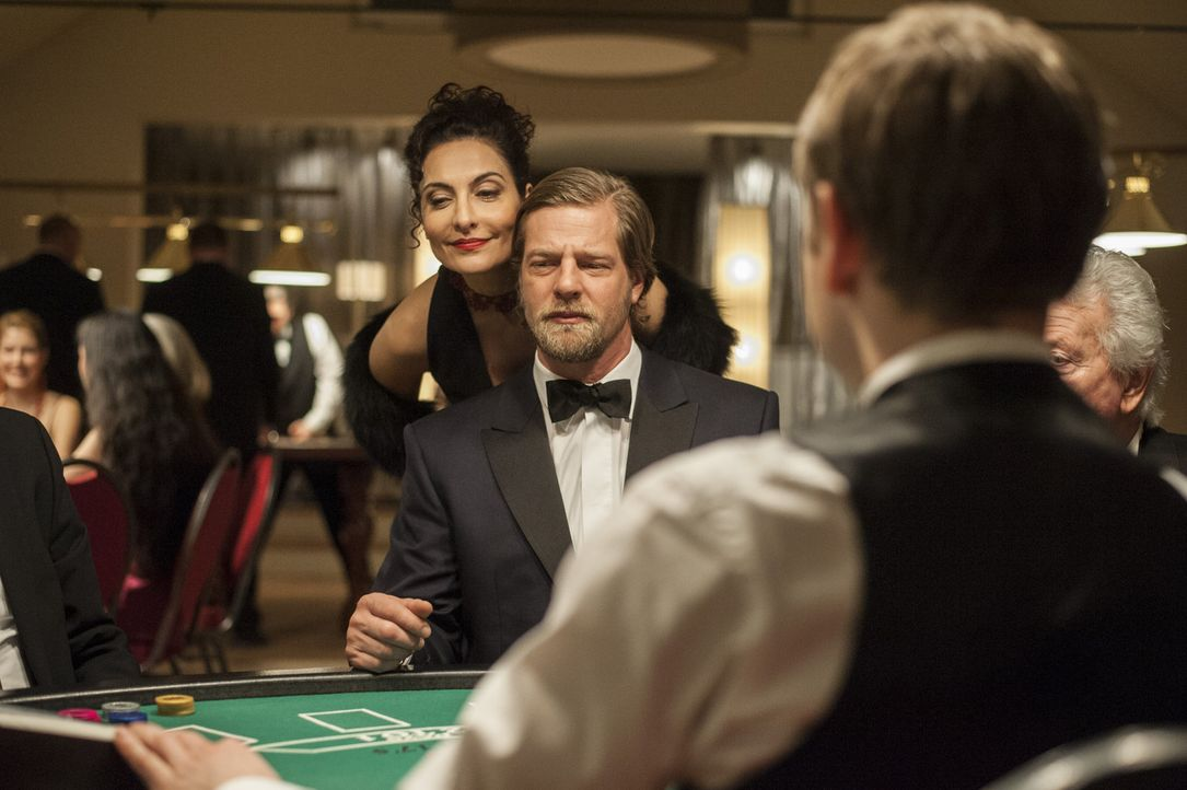 Als Mick (Henning Baum, r.) und Andreas durch Meisners Hilfe erfahren, dass das Mordopfer anscheinend in Glücksspielmanipulationen verwickelt war,... - Bildquelle: Martin Rottenkolber SAT.1