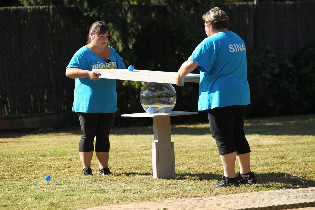 Kriegen sie den Ball durch das Loch in die Glaskugel? Sina (r.) und Dani (l.) ... - Bildquelle: SAT.1/Enrique Cano