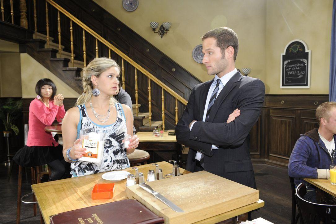 Mia (Josephine Schmidt, l.) hat es satt, für David (Lee Rychter, r.) zu spitzeln und provoziert ihn mit falschen Informationen ... - Bildquelle: SAT.1