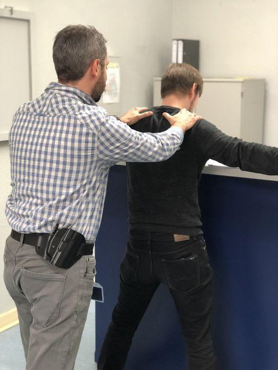 Mit kriminalistischer Intuition und strategisch cleveren Fragen lockt der Duisburger Kriminalkommissar Max Hagen (l.) die Tatverdächtigen aus der Re... - Bildquelle: SAT.1