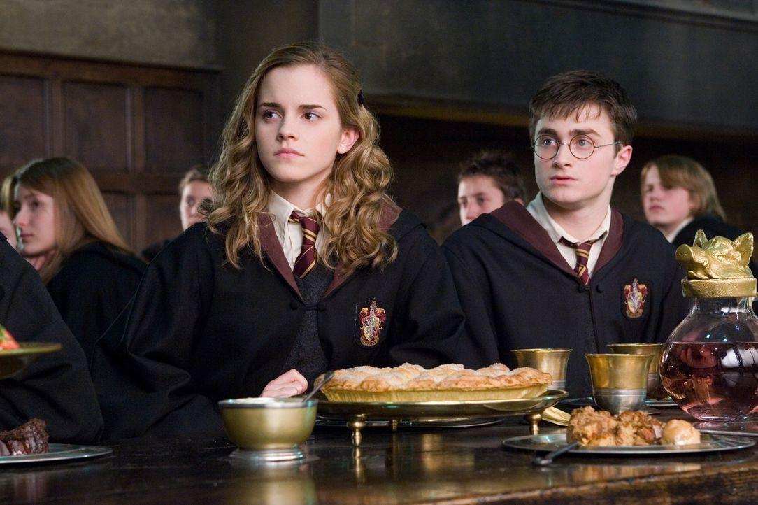 """Harry (Daniel Radcliffe, r.), Ron und Hermine (Emma Watson, l.) gründen den Geheimbund """"Dumbledores Armee"""", in der Harry seine Freunde in der Verte... - Bildquelle: Warner Brothers International"""