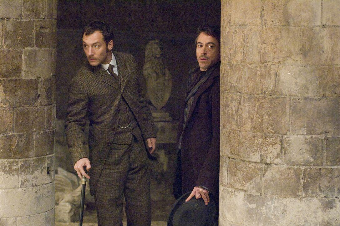 Kaum haben Holmes (Robert Downey Jr., r.) und sein Gehilfe Dr. Watson (Jude Law, l.) den Schwerverbrecher Lord Blackwood an den Galgen gebracht, da... - Bildquelle: Warner Brothers