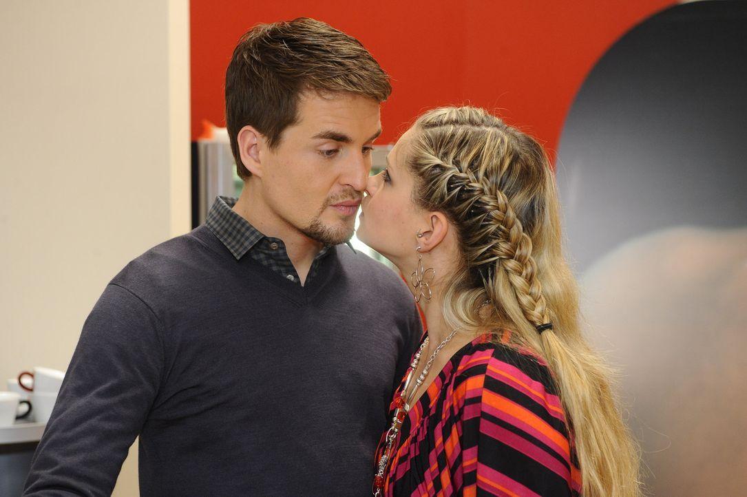 Lars (Alexander Klaws, l.) findet zusehends Gefallen an dem Spiel und an Mia (Josephine Schmidt, r.) - so sehr, dass er darüber hinaus ganz ihre Be... - Bildquelle: SAT.1