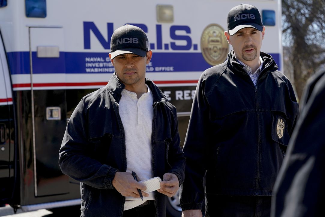 Nick Torres (Wilmer Valderrama, l.); Timothy McGee (Sean Murray, r.) - Bildquelle: Bill Inoshita 2021 CBS Broadcasting, Inc. All Rights Reserved. / Bill Inoshita