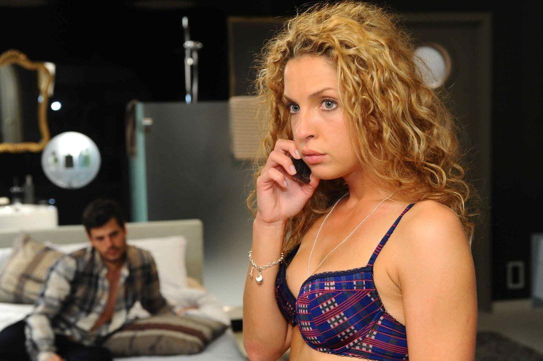 Während sich Nina (Maria Wedig, r.) vor lauter Glück kaum auf die harte Realität in Gestalt ihres Bewährungshelfers konzentrieren kann, dämmert... - Bildquelle: SAT.1