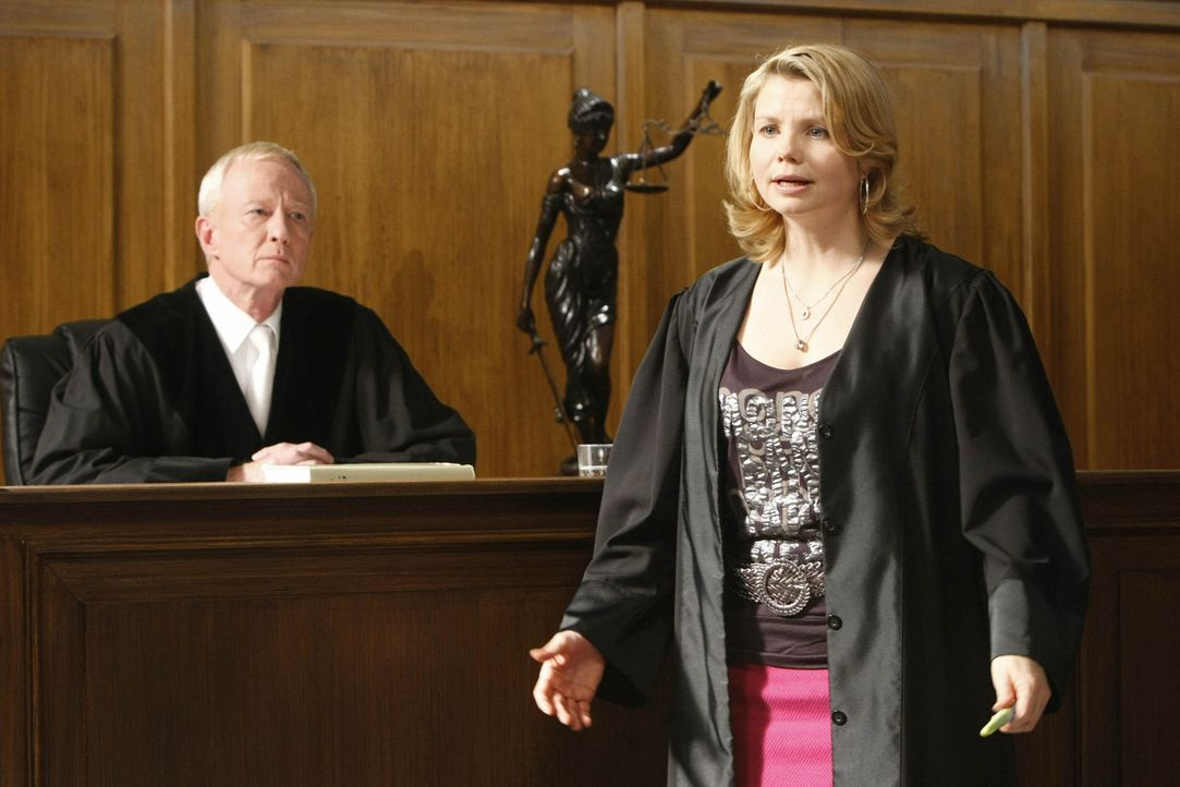Ein Fall jagt den nächsten: Danni Lowinski (Annette Frier, r.) versucht alles, um ihrer Mandantin zu helfen ... - Bildquelle: SAT.1