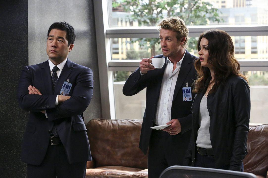 Gemeinsam mit Cho (Tim Kang, l.) und Lisbon (Robin Tunney, r.) versucht Jane (Simon Baker, M.) den Mörder eines High-Tech-Kartographen ausfindig zu... - Bildquelle: Warner Bros. Television