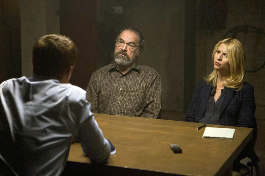 Nach seiner Rückkehr erzählt Brody (Damian Lewis, l.) Saul (Mandy Patinkin, M.) und Carrie (Claire Danes, r.) von Abu Nazirs Plänen. Doch kann ma... - Bildquelle: 20th Century Fox International Television
