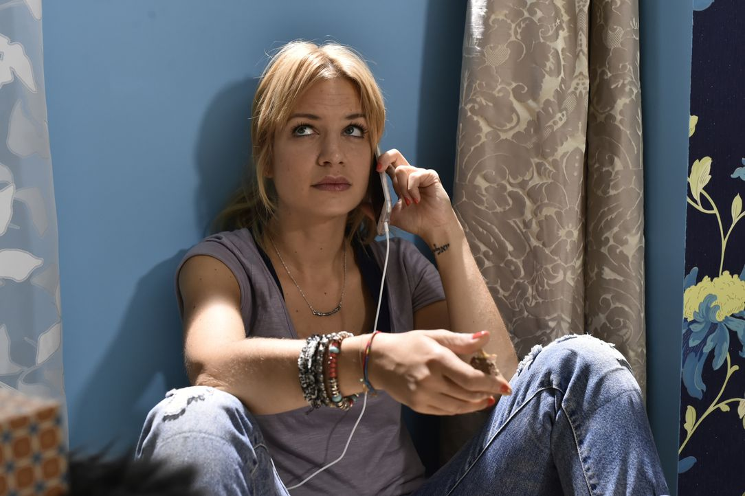 Plötzlich ist Mila (Susan Sideropoulos) arbeitslos - kann ein Telefonat mit ihrer besten Freundin sie etwas aufheitern? - Bildquelle: Claudius Pflug SAT.1