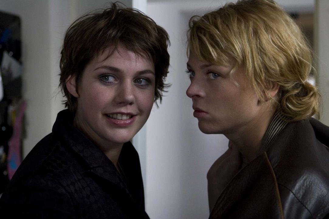 Mit Rat und Tat steht Nick (Isabell Gerschke, r.) Sara (Felicitas Woll, l.) zur Seite. Denn sie glaubt fest daran, dass ihre Freundin die Schließung... - Bildquelle: Larry D Horricks ProSieben
