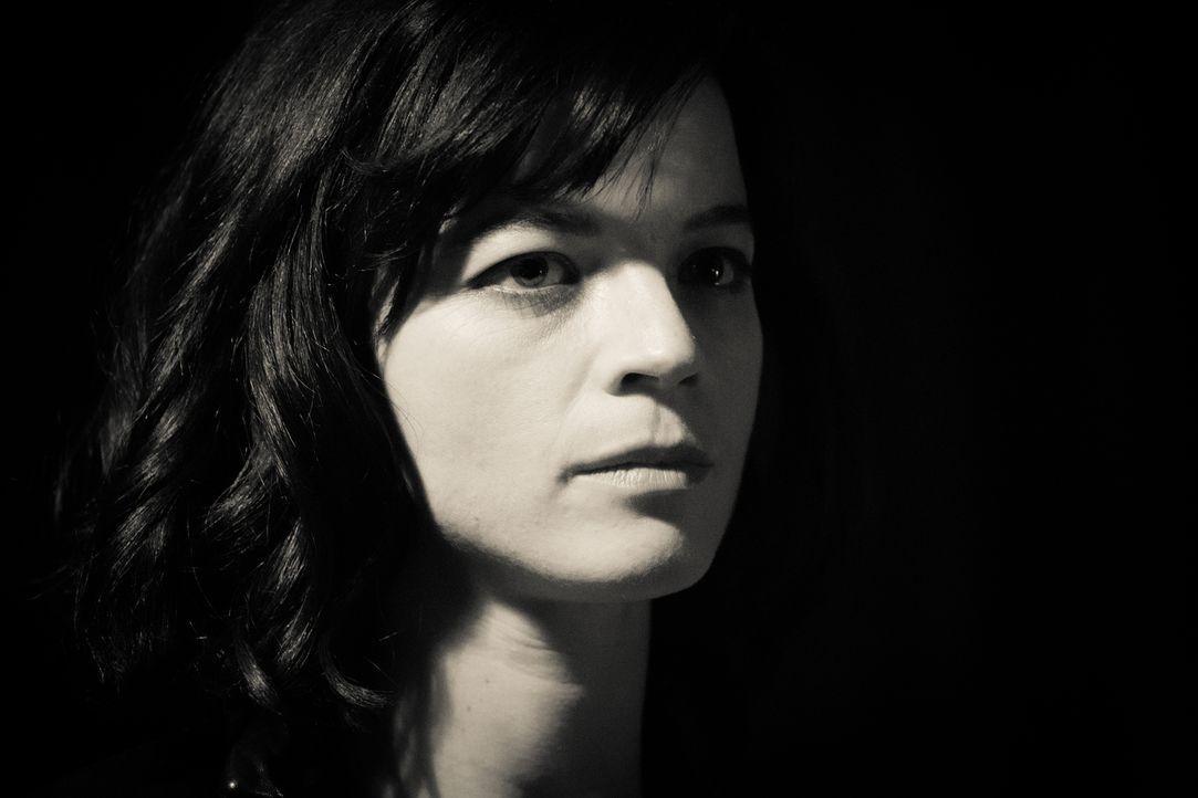 Neue Anhaltspunkte zum Fall von Camillie (Juliette Roudet) tauchen auf, als eine Fernsehsendung darüber berichtet ... - Bildquelle: Eloïse Legay 2016 BEAUBOURG AUDIOVISUEL