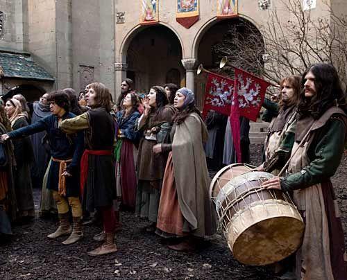 """Ca. 300 Kostüme wurden speziell für """"Die Säulen der Erde"""" angefertigt, eine große Anzahl weiterer Kostüme konnten aus Italien und Spanien ausge... - Bildquelle: Egon_Endrenyi_-_Tandem_Productions_-_Pillars_Productions"""