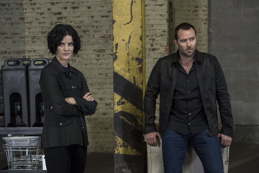 Werden bei einer Undercover-Mission entführt: Weller (Sullivan Stapleton, r.) und Jane (Jaimie Alexander, l.) ... - Bildquelle: Warner Brothers