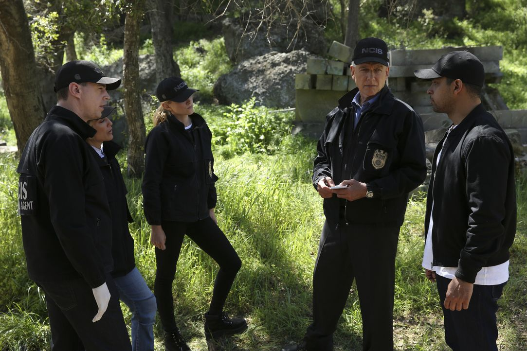 Das NCIS-Team (v.l.n.r. Sean Murray, Jennifer Esposito, Emily Wickersham, Mark Harmon und Wilmer Valderrama) steht vor einem Rätsel, als sie in eine... - Bildquelle: 2017 CBS Broadcasting, Inc. All Rights Reserved.