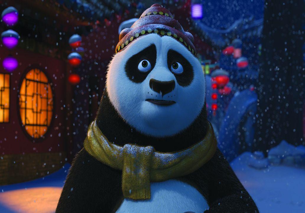 Eigentlich sollte Po längst im Palast das exklusive Winterfestessen aller Kung Fu-Meister leiten, doch noch schwelgt er in Erinnerungen an die wund... - Bildquelle: 2008 DREAMWORKS ANIMATION LLC. ALL RIGHTS RESERVED.