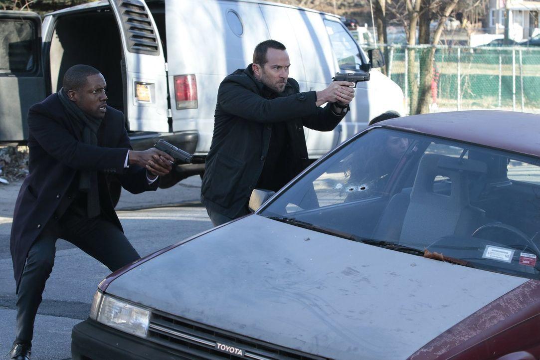 Geraten in eine verdeckte Ermittlung: Reade (Rob Brown, l.) und Weller (Sullivan Stapleton, r.) ... - Bildquelle: Warner Brothers