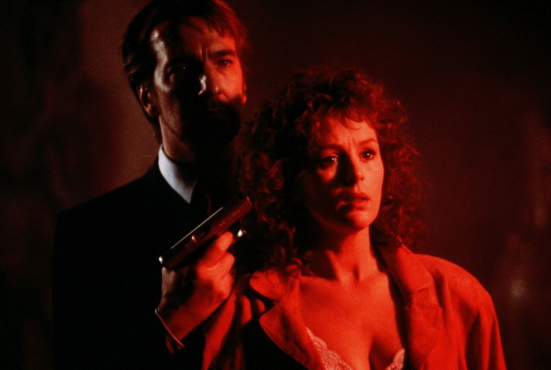 Gangster Hans Gruber (Alan Rickman, l.) kann die Frau (Bonnie Bedelia, r.) seines ärgsten Rivalen in seine Gewalt bringen... - Bildquelle: 20th Century Fox