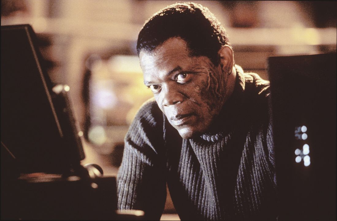 """Gibbons (Samuel L. Jackson) setzt darauf, dass """"xXx"""" mit seinen außergewöhnlichen athletischen Fähigkeiten genau dort Erfolg haben wird, wo konve... - Bildquelle: 2003 Sony Pictures Television International. All Rights Reserved."""