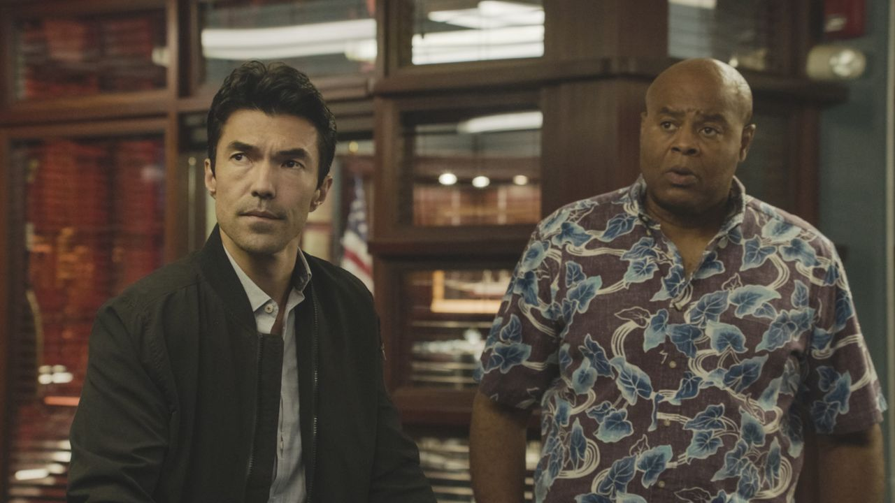 Adam Noshimuri (Ian Anthony Dale, l.); Lou Grover (Chi McBride, r.) - Bildquelle: 2019 CBS Broadcasting, Inc. All Rights Reserved.