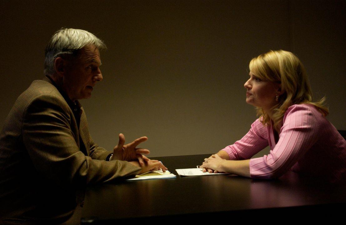 Laura Rowans (Megan Ward, r.) steht unter Verdacht einen Computer Freak ermordet zu haben. Gibbs (Mark Harmon, l.) ermittelt in diesem Fall ... - Bildquelle: CBS Television