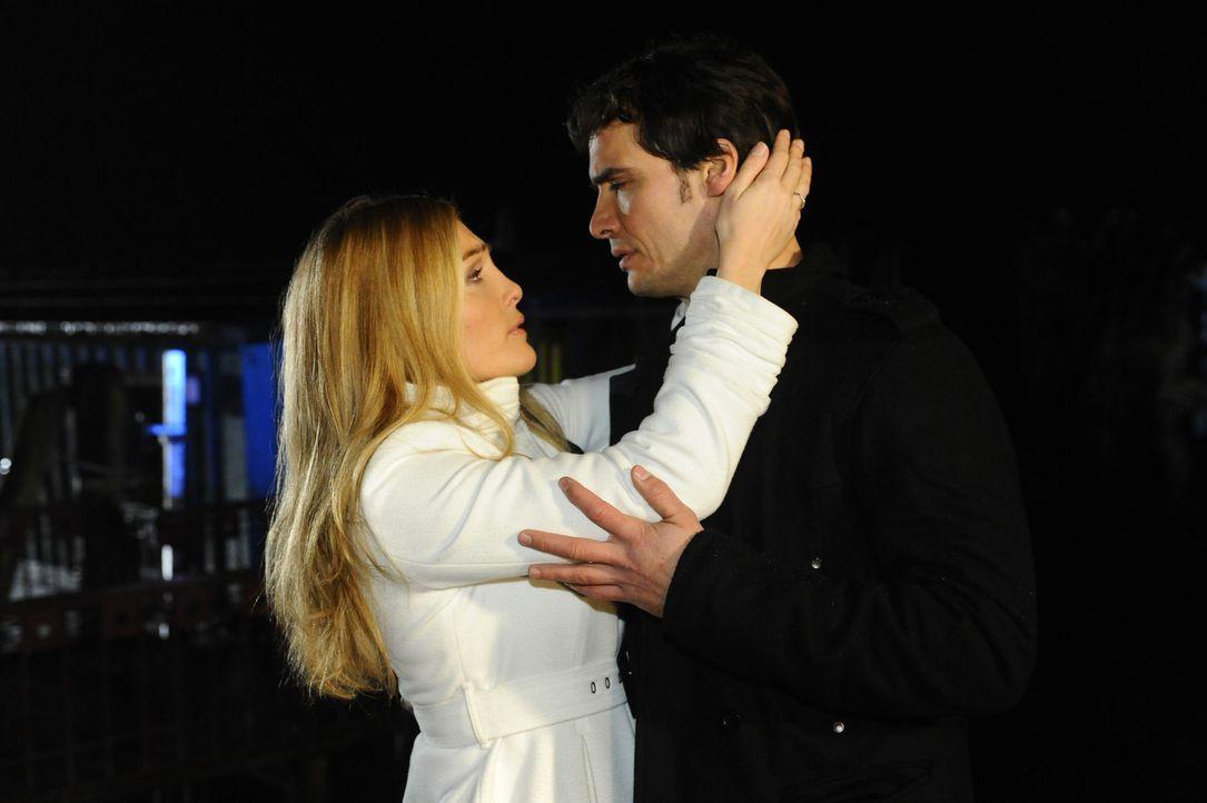 Annett (Tanja Wenzel, l.) kümmert sich um Alexander (Paul Grasshoff, r.), der nach dem Tod seiner Mutter keine Ruhe finden kann ... - Bildquelle: SAT.1