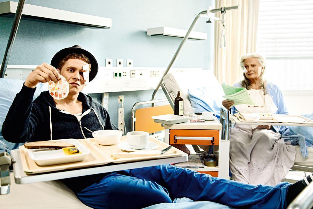Saschas (Matthias Schweighöfer, l.) Leben ist eine Katastrophe: Seine Freundin ist schwanger, er liegt im Krankenhaus und seine Zimmernachbarin ist... - Bildquelle: 2016 Warner Brothers.