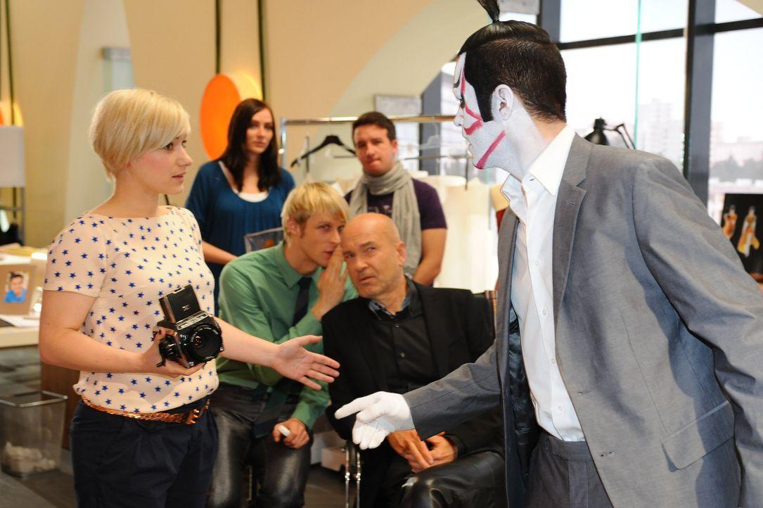 Maik ist beim Fotoshooting unkonzentriert: (vorne v.l.n.r.) Olivia (Kasia Borek), Virgin (Chris Gebert), Bruno (K. Dieter Klebsch) und Maik (Sebasti... - Bildquelle: SAT.1