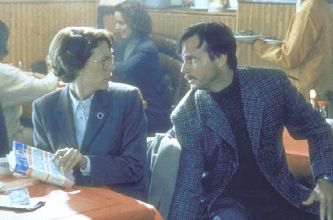 Während Harry im Einsatz ist, hat Helen (Jamie Lee Curtis, l.) ein Stelldichein mit dem vermeintlichen Geheimagenten Simon (Bill Paxton, r.). Da ko... - Bildquelle: 20th Century Fox Film Corporation