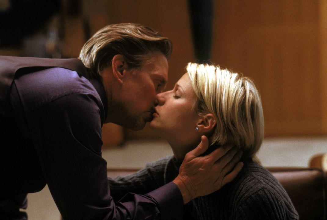 In der Ehe zwischen dem Börsenmakler Steven Taylor (Michael Douglas, l.) und der Millionenerbin Emily Bradford (Gwyneth Paltrow, r.) stimmt es schon... - Bildquelle: Warner Bros.