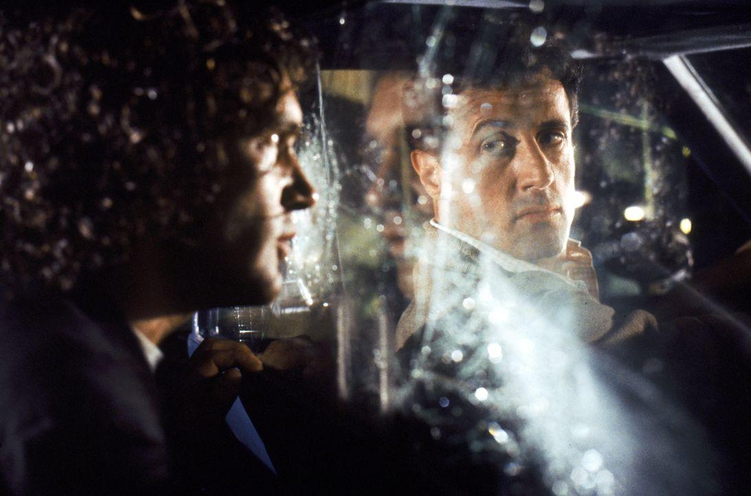 Um herauszufinden, wer seinen Auftrag sabotiert hat, gibt sich Robert Rath (Sylvester Stallone, r.) als Taxifahrer aus und nimmt Herausforderer Migu... - Bildquelle: Warner Bros. Television