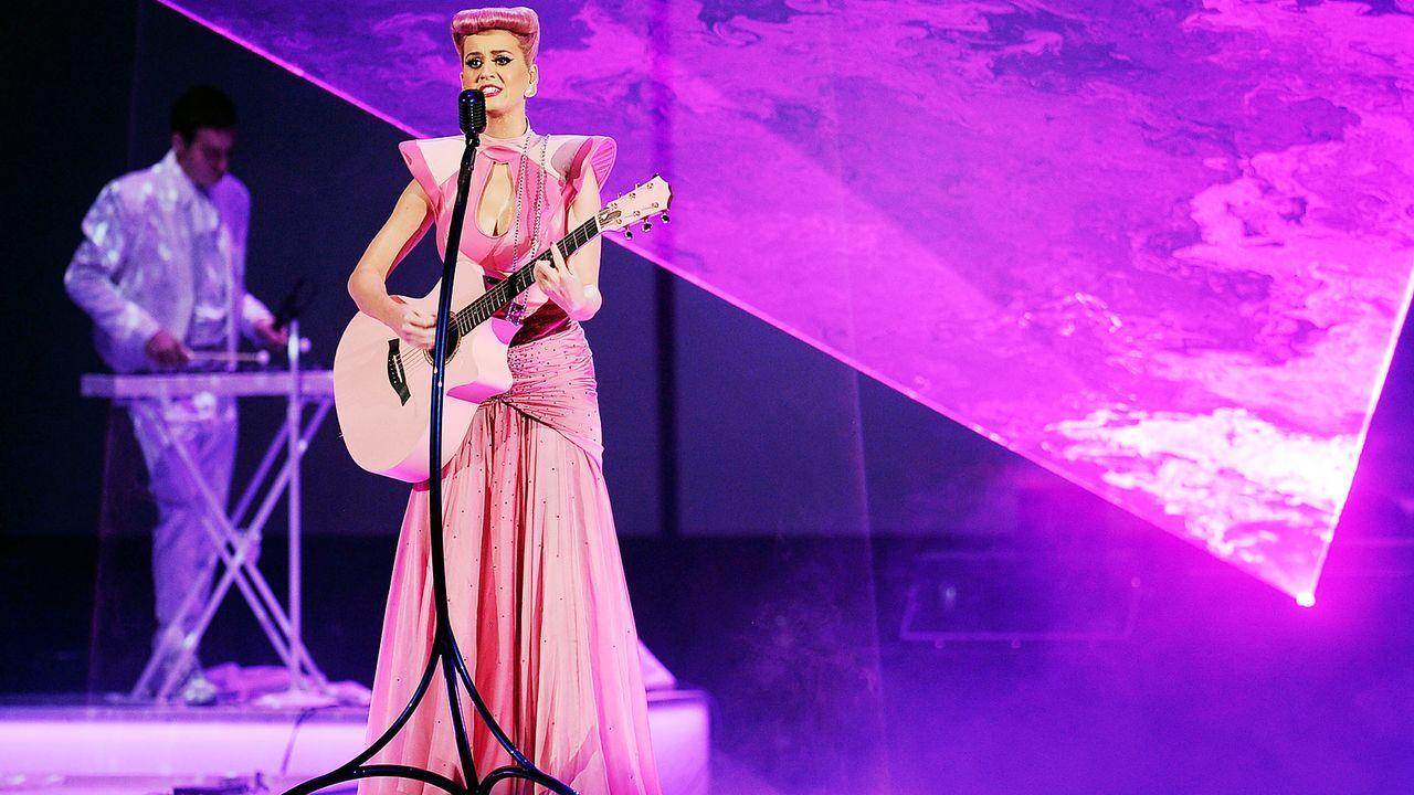 katy-perry-11-11-20-rosa-gitarre-live-getty-AFP - Bildquelle: AFP