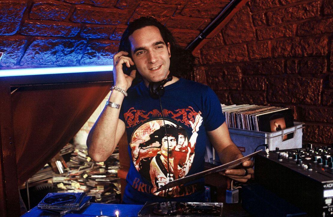 Dieser DJ (Thomas M. Held) erfüllt mit Freude alle Musik-Wünsche. Es gibt jedoch eine gewisse Wartezeit! - Bildquelle: Sat.1