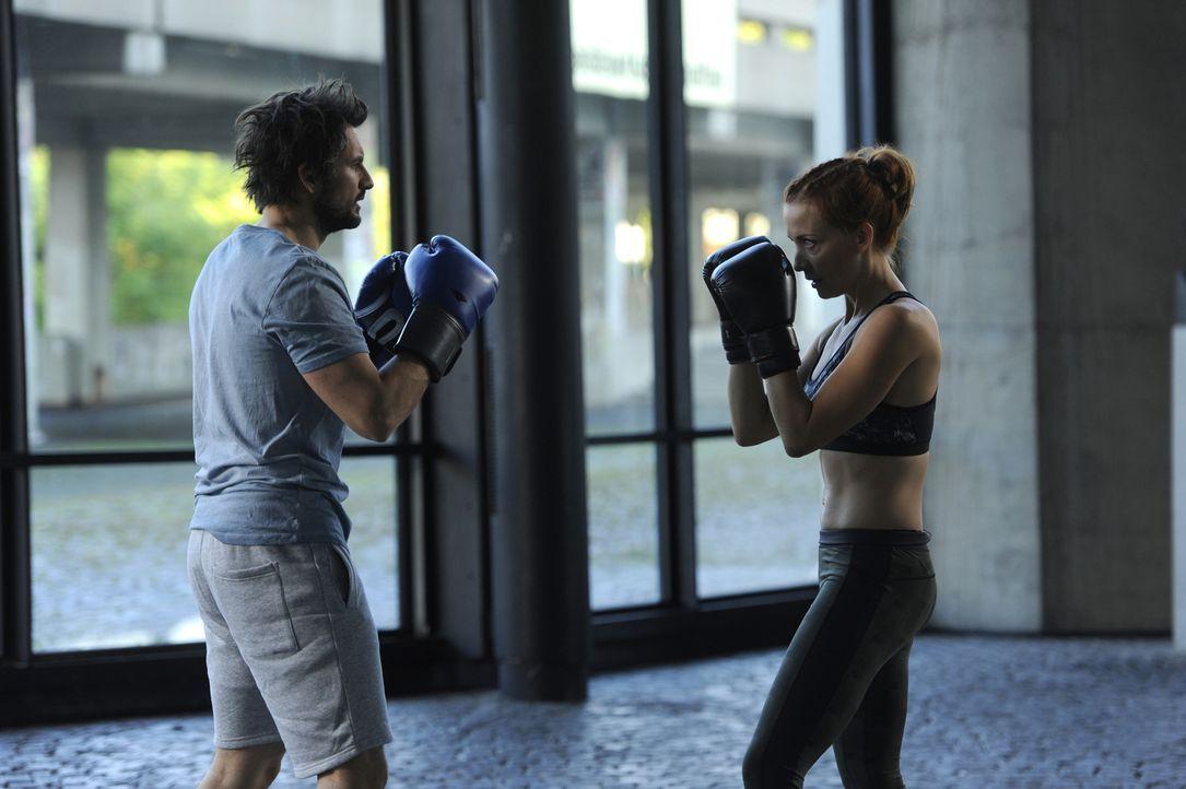 Für seinen bevorstehenden Schach-Boxkampf ist Einstein (Tom Beck, l.) geistig fit, doch wie sieht es mit der körperlichen Fitness aus? Wie gut, dass... - Bildquelle: Bernd Spauke SAT.1/ Bernd Spauke