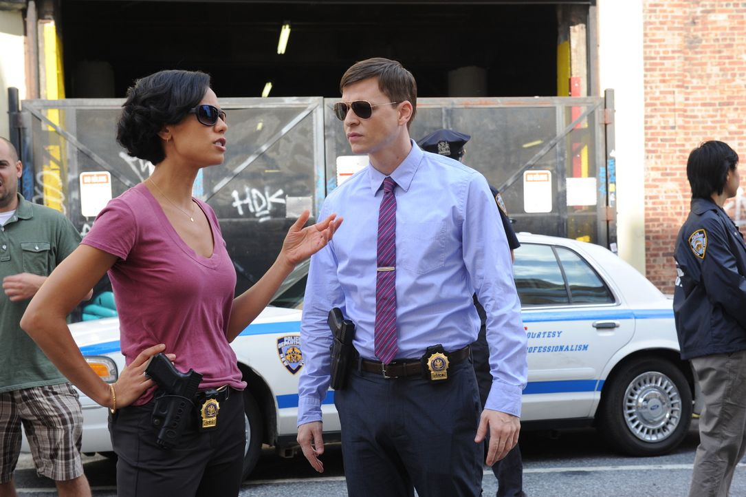 Gemeinsam mit Al und Carrie ermitteln Roe (Kevin Rankin, r.) und Nina (Daya Vaidya, l.) in einem neuen Mordfall ... - Bildquelle: Sony Pictures Television Inc. All Rights Reserved.