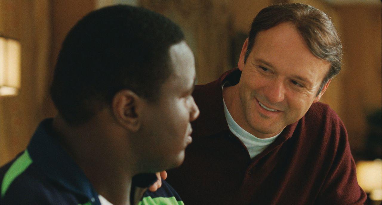 Durch Sean (Tim McGraw, r.) und seine Familie ändert sich das Leben von Michael (Quinton Aaron, l.) komplett ... - Bildquelle: Warner Brothers